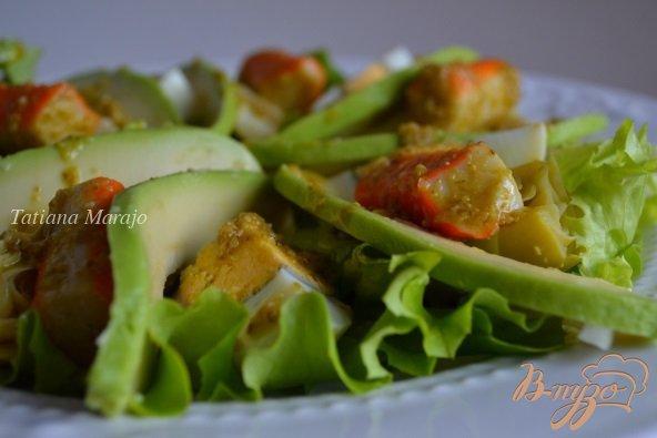 Фото приготовление рецепта: Салат с авокадо , яйцом и крабовыми палочками шаг №7