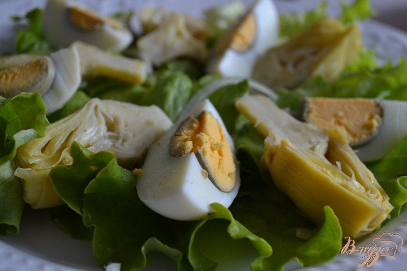 Фото приготовление рецепта: Салат с авокадо , яйцом и крабовыми палочками шаг №5