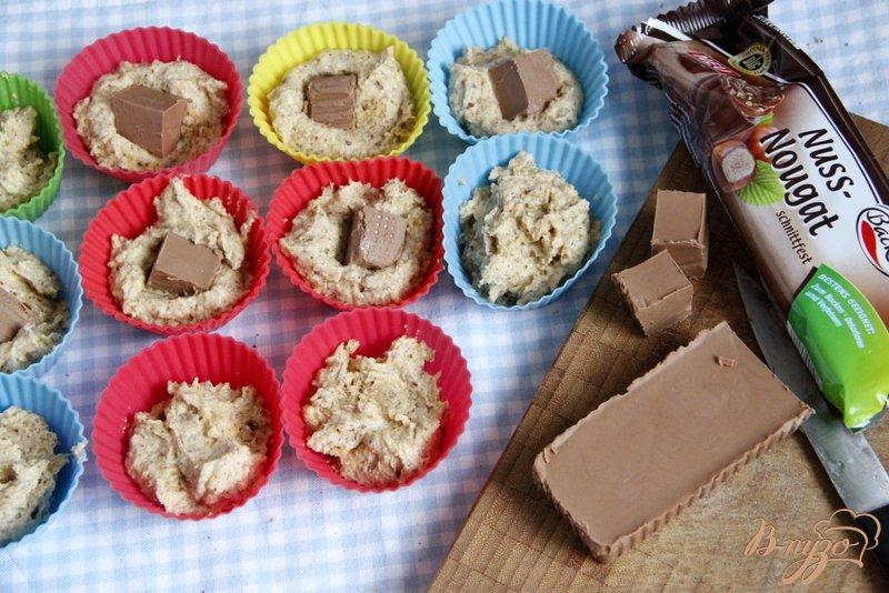 Фото приготовление рецепта: Ореховые маффины с нугой шаг №5