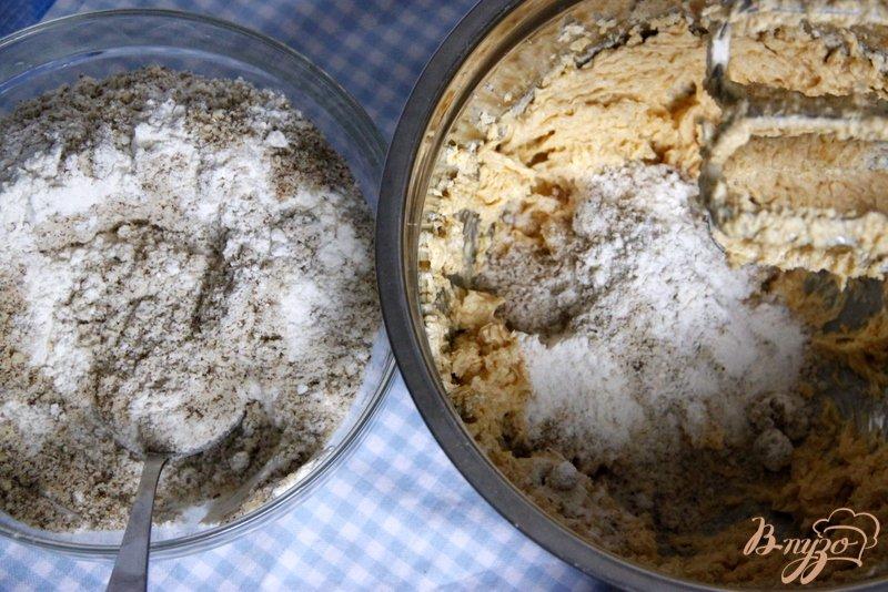 Фото приготовление рецепта: Ореховые маффины с нугой шаг №3