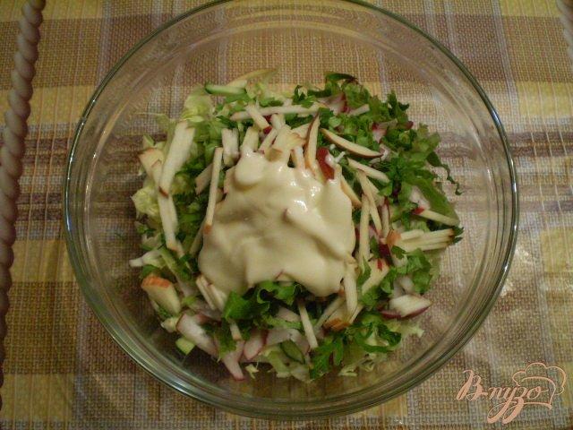 Фото приготовление рецепта: Овощной салат с яблоком и майонезом шаг №7