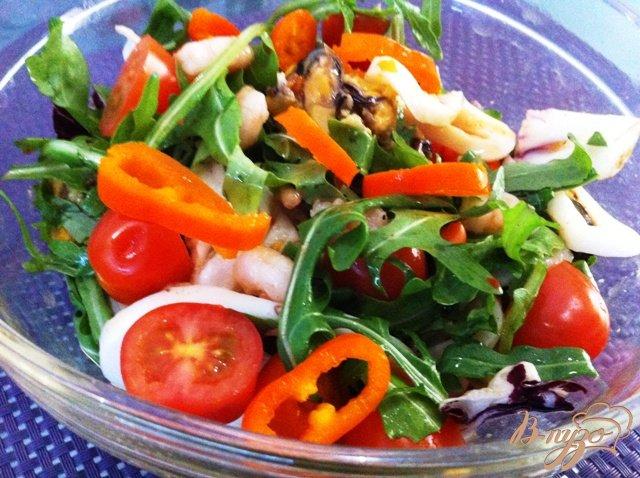 Фото приготовление рецепта: Салат с морепродуктами шаг №7