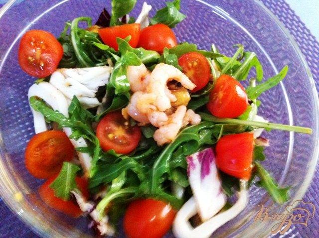 Фото приготовление рецепта: Салат с морепродуктами шаг №6