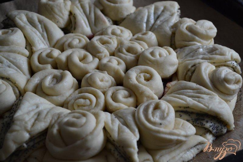 Фото приготовление рецепта: Сдобный пирог с вишневым конфитюром шаг №7