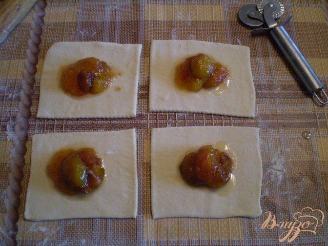 Фото приготовление рецепта: Слойки дрожжевые со сливами шаг №6