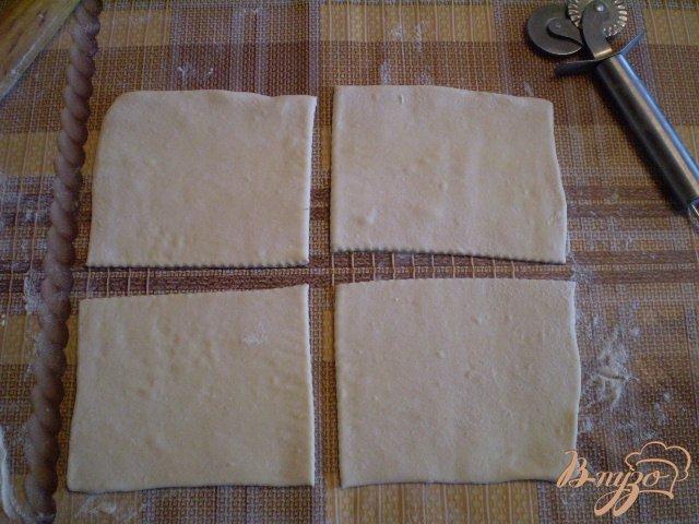 Фото приготовление рецепта: Слойки дрожжевые со сливами шаг №5