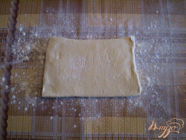 Фото приготовление рецепта: Слойки дрожжевые со сливами шаг №3