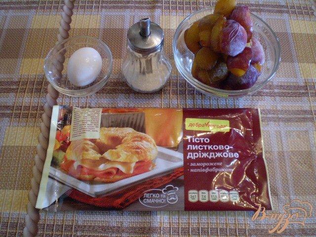 Фото приготовление рецепта: Слойки дрожжевые со сливами шаг №1