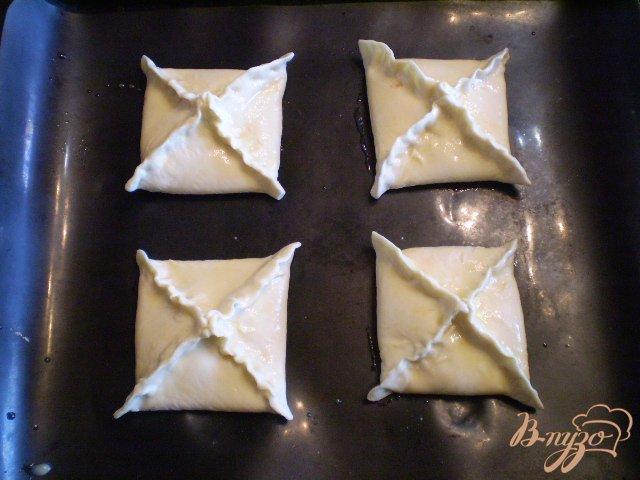 Фото приготовление рецепта: Слойки дрожжевые со сливами шаг №8