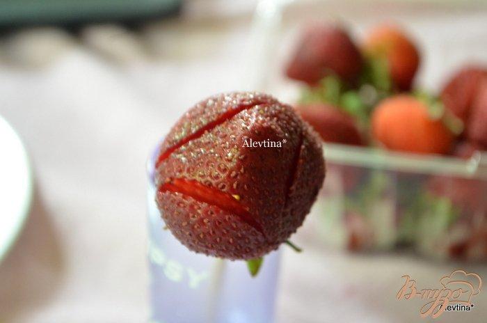 Фото приготовление рецепта: Розочки из клубники шаг №2