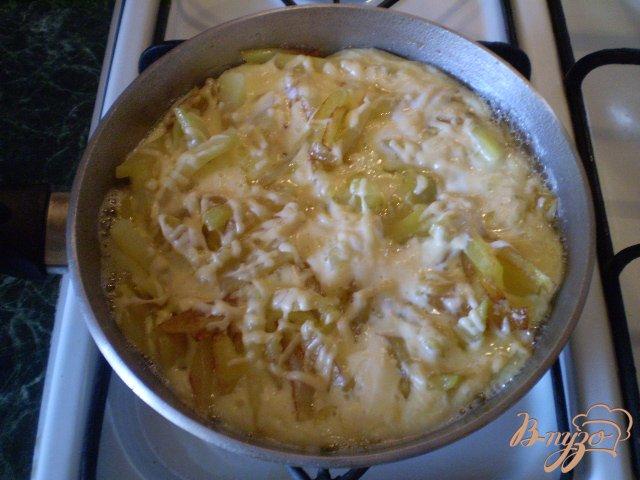 Фото приготовление рецепта: Фриттата с картофелем и сыром шаг №7