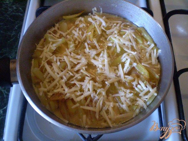 Фото приготовление рецепта: Фриттата с картофелем и сыром шаг №6