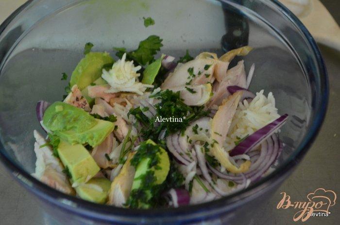 Фото приготовление рецепта: Куриный салат с авокадо шаг №2