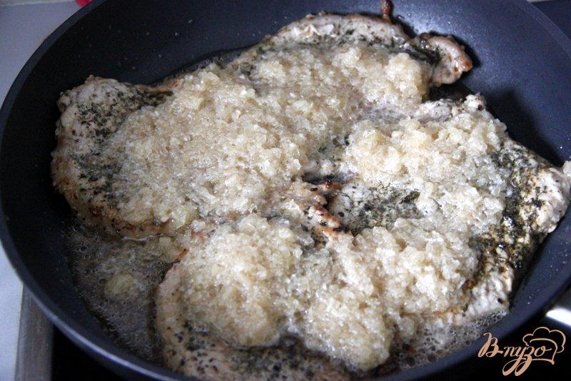 Фото приготовление рецепта: Свинина с зеленью, тушеная в пикантном  соусе шаг №5