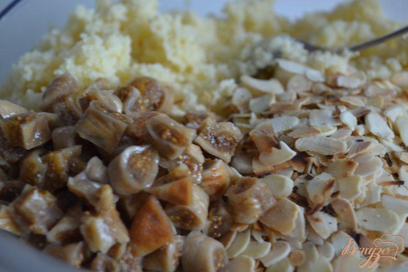 Фото приготовление рецепта: Гарнир из крупы с инжиром и миндалем шаг №3
