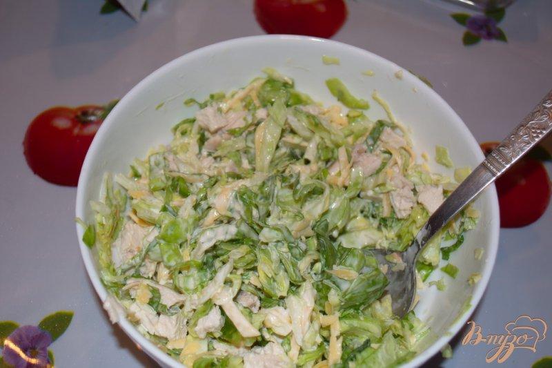 Фото приготовление рецепта: Салат из капусты, курицы и сухариков с сыром шаг №5