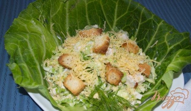 фото рецепта: Салат из капусты, курицы и сухариков с сыром
