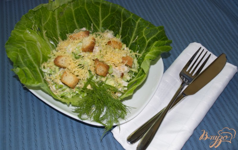 Фото приготовление рецепта: Салат из капусты, курицы и сухариков с сыром шаг №6