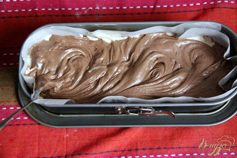 Фото приготовление рецепта: Мраморный кекс - пятиминутка шаг №4
