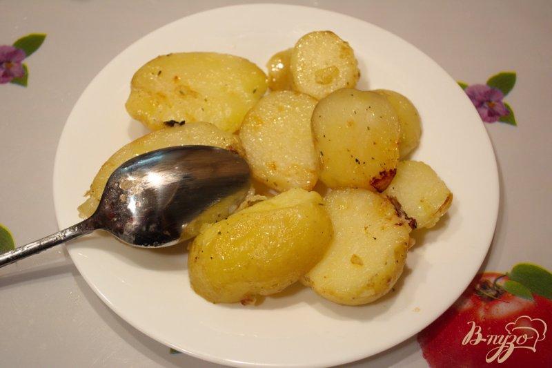 Фото приготовление рецепта: Молодая картошка в сковородке шаг №5