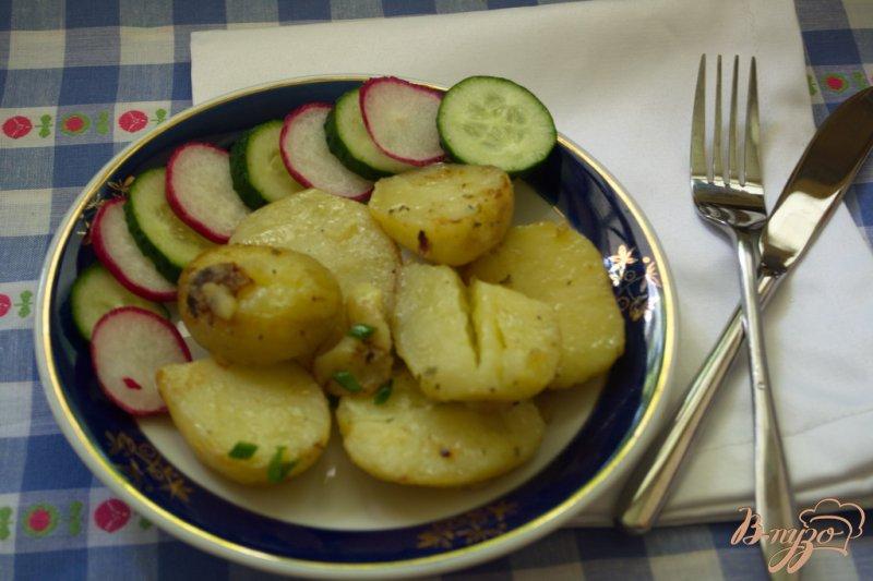 Фото приготовление рецепта: Молодая картошка в сковородке шаг №6