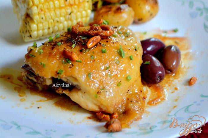 Фото приготовление рецепта: Курица в бальзамическом уксусе с оливками и орехами шаг №4