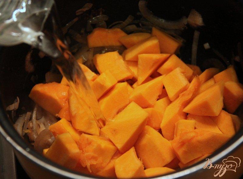 Фото приготовление рецепта: Суп с тыквой, фасолью и колбасками шаг №4