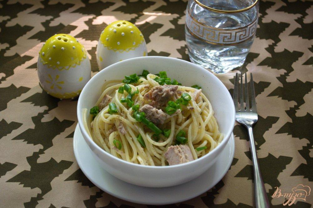 Фото приготовление рецепта: Спагетти с тунцом и зеленым луком шаг №4
