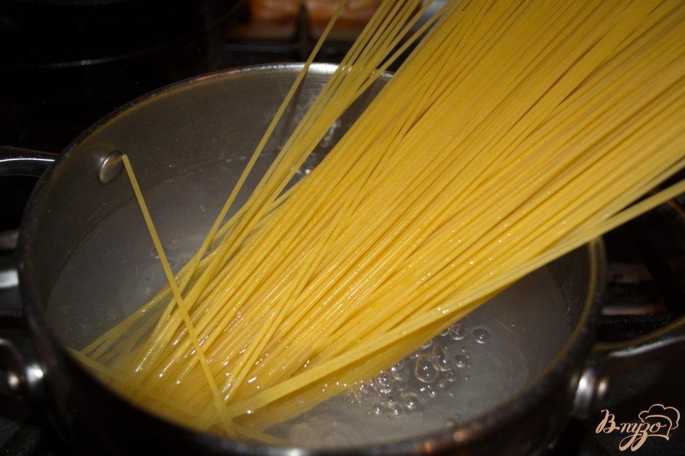 Фото приготовление рецепта: Спагетти с тунцом и зеленым луком шаг №1