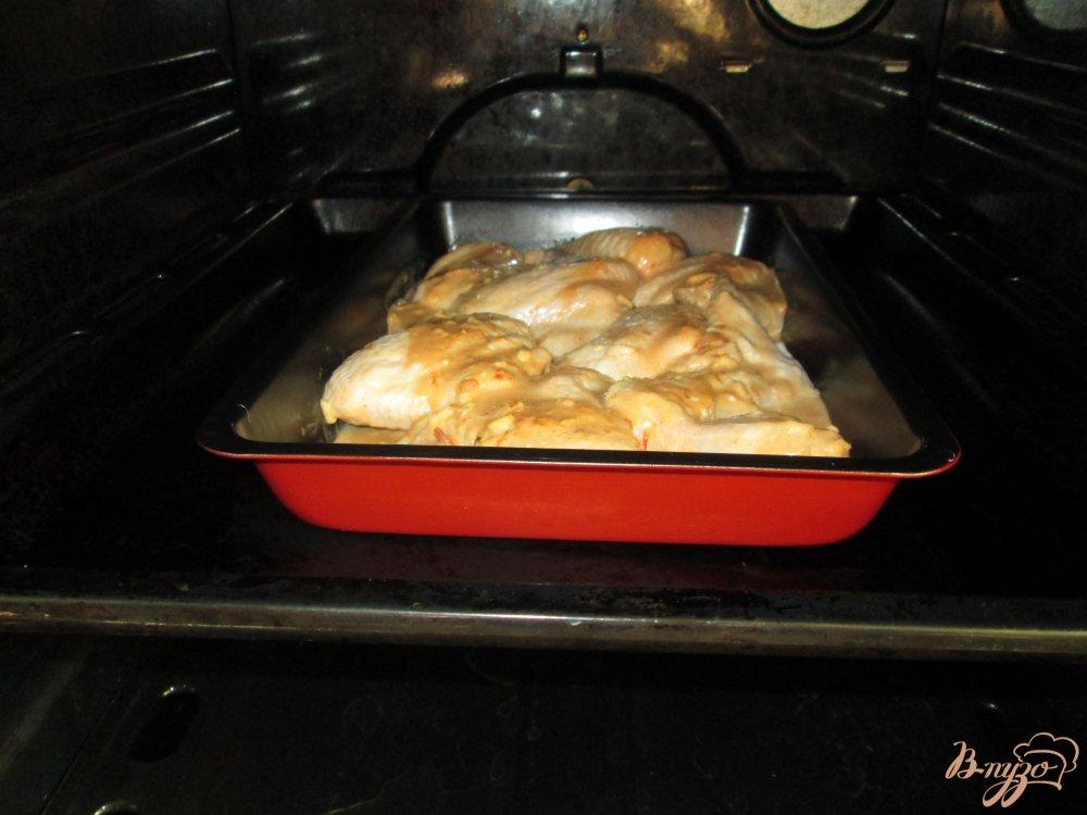Фото приготовление рецепта: Куриные крылышки запеченные в соусе шаг №6