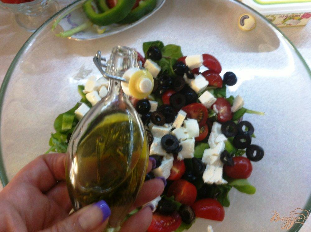 Фото приготовление рецепта: Салатный MIX с сыром фета и оливками шаг №8