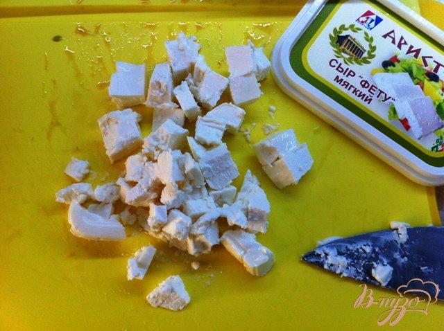 Фото приготовление рецепта: Салатный MIX с сыром фета и оливками шаг №6