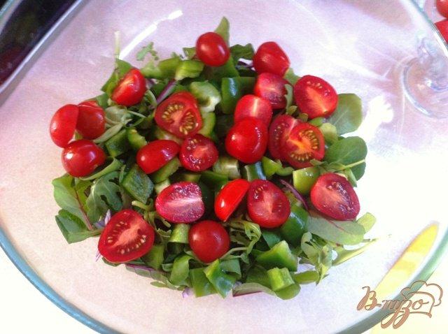 Фото приготовление рецепта: Салатный MIX с сыром фета и оливками шаг №5