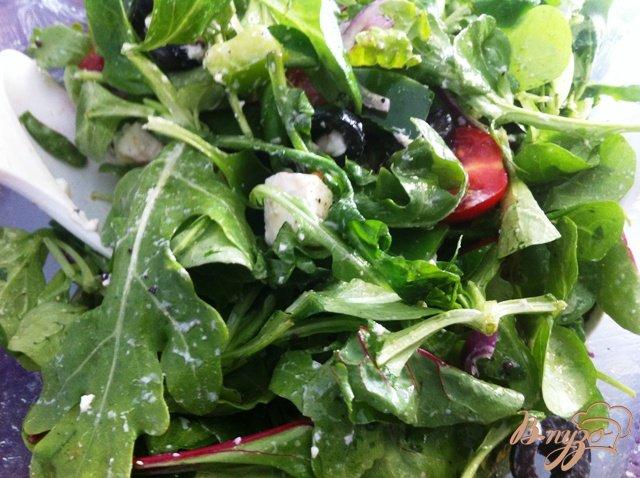 Фото приготовление рецепта: Салатный MIX с сыром фета и оливками шаг №10