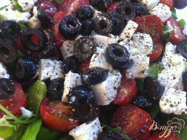 Фото приготовление рецепта: Салатный MIX с сыром фета и оливками шаг №9