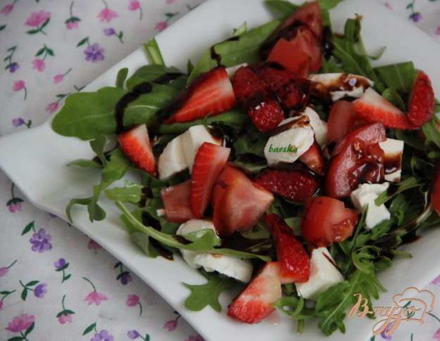 Рецепт Салат из руколлы, клубники и моцареллы