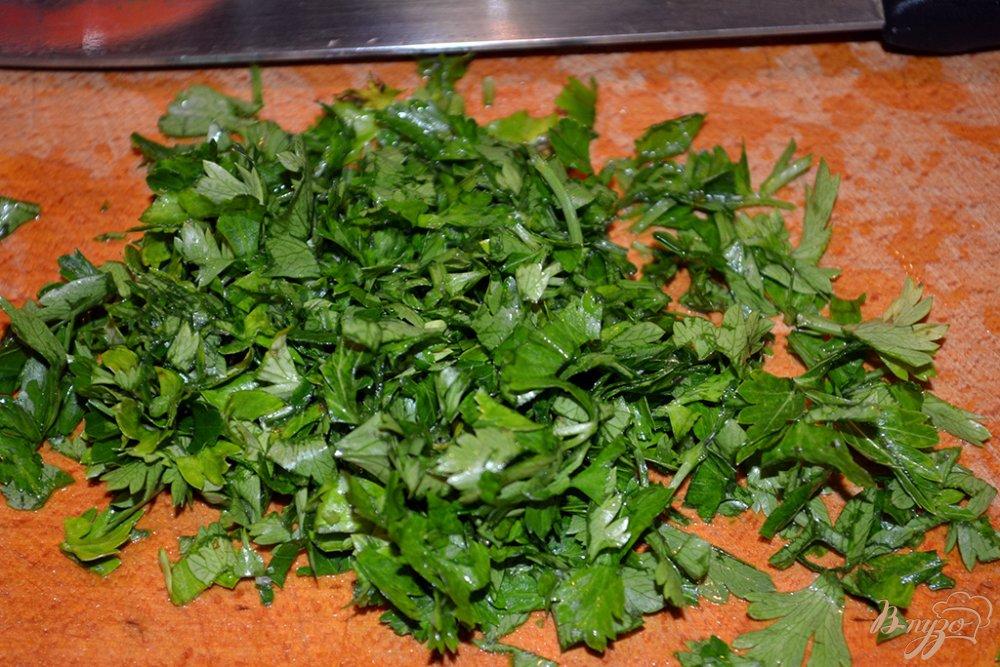 Фото приготовление рецепта: Нежный бульон из курицы с яйцом и макаронами шаг №3