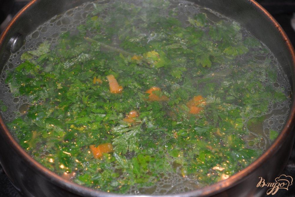 Фото приготовление рецепта: Нежный бульон из курицы с яйцом и макаронами шаг №5