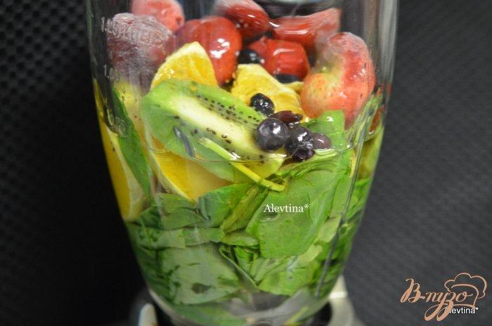 Фото приготовление рецепта: Шпинатный напиток с ягодами и киви шаг №1