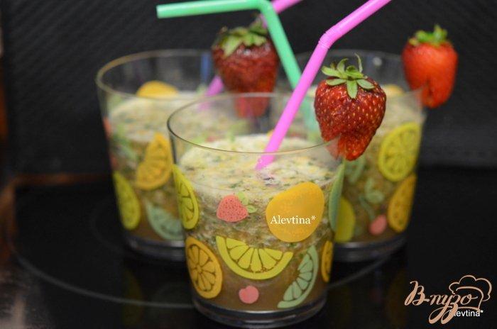 Фото приготовление рецепта: Шпинатный напиток с ягодами и киви шаг №3