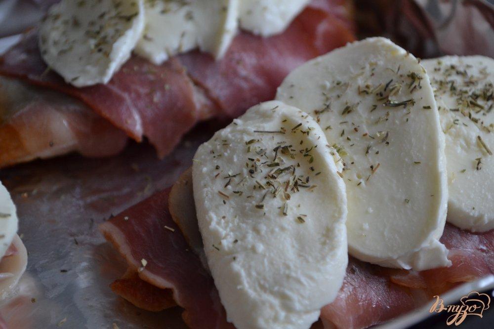 Фото приготовление рецепта: Куриные грудки с беконом и моцареллой шаг №4