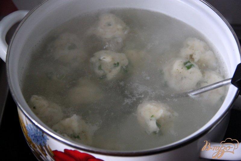 Фото приготовление рецепта: Томатный суп с травами и творожными шариками шаг №6