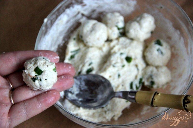 Фото приготовление рецепта: Томатный суп с травами и творожными шариками шаг №5