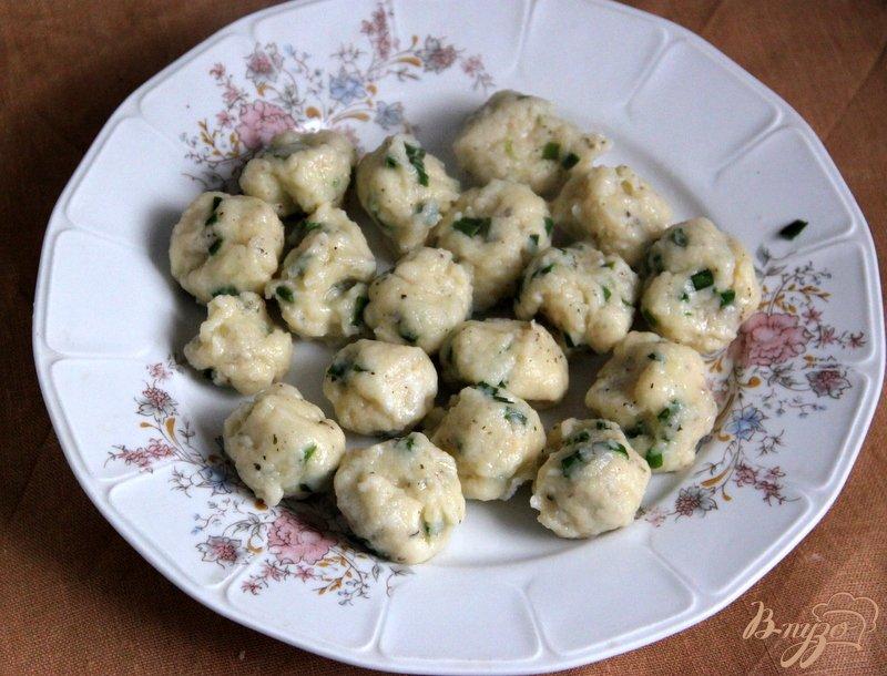 Фото приготовление рецепта: Томатный суп с травами и творожными шариками шаг №7