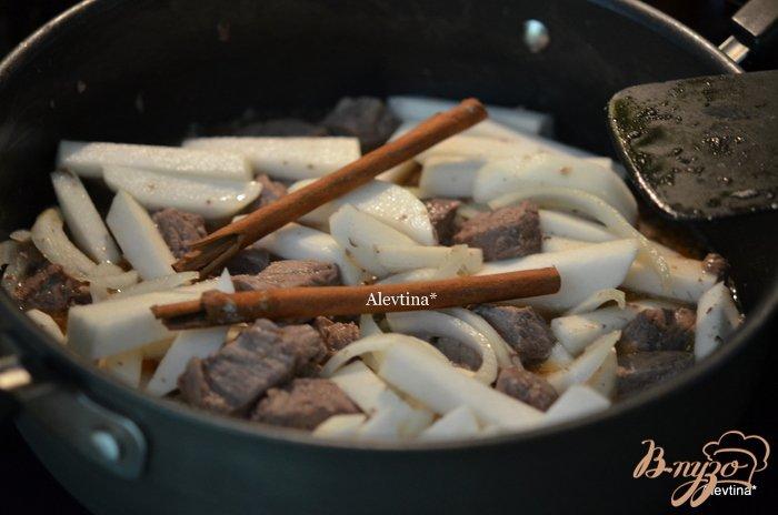 Фото приготовление рецепта: Тушеная говядина с репой шаг №4