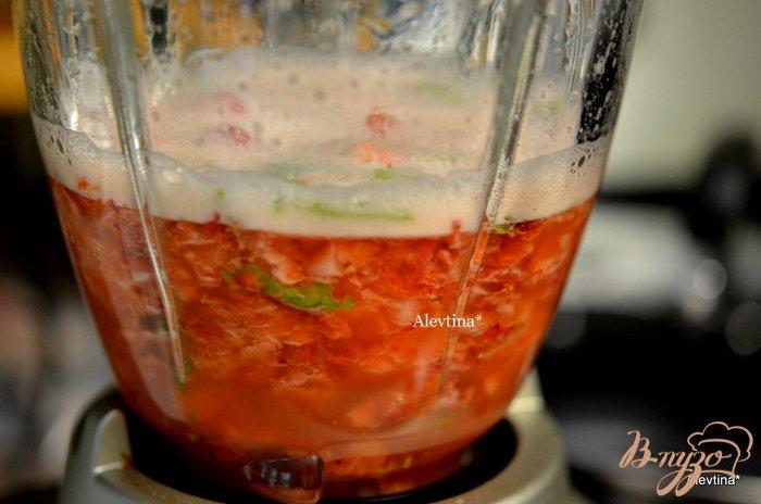 Фото приготовление рецепта: Клубничный  коктейль с листьями базилика шаг №2