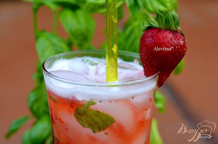 Фото приготовление рецепта: Клубничный  коктейль с листьями базилика шаг №3