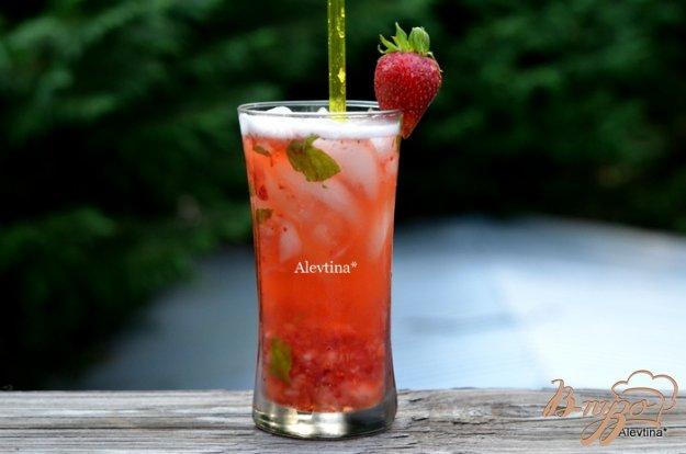 фото рецепта: Клубничный  коктейль с листьями базилика