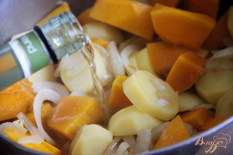 Фото приготовление рецепта: Пряный тыквенно-картофельный суп-пюре шаг №3