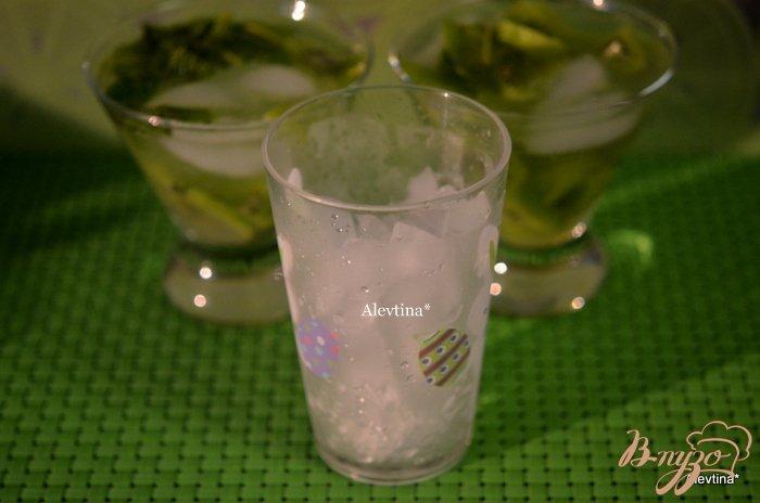 Фото приготовление рецепта: Коктейль киви Capiroska шаг №2